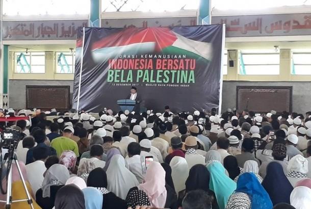 Ratusan umat Islam mengikuti kegiatan orasi kemanusiaan Indonesia bersatu Bela Pastina di Masjid Raya Pondok Indah, Jalan Iskandar Muda no 1, Jakarta Selatan, Selasa (12/12).