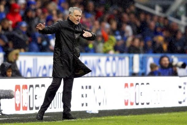 Reaksi pelatih Manchester United, Jose Mourinho pada laga Liga Primer Inggris, lawan Huddersfield Town di Stadion John Smith, Sabtu (21/10). United kalah 1-2 pada laga ini.