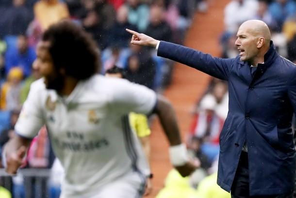 Reaksi pelatih Real Madrid, Zinedine Zidane pada laga La Liga lawan Valencia di Santiago Bernabeu, Sabtu (29/4). Madrid menang 2-1 pada laga ini.