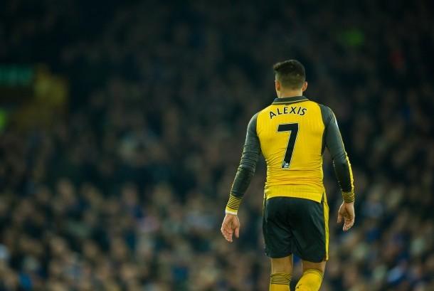 Alexis Sanchez mengenakan kostum nomor 7 di Arsenal.
