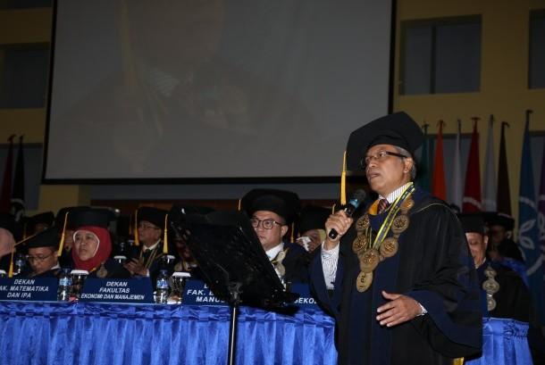 Rektor Institut Pertanian Bogor (IPB) Prof Dr Herry Suhardiyanto menyanyikan lagu