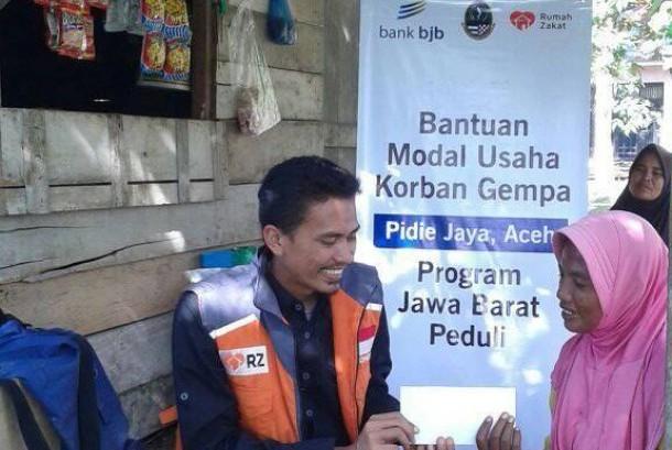 Relawan Rumah Zakat sedang menyalurkan bantuan modal kepada korban gempa di Kabupaten Pidie Jaya, Aceh, Rabu (19/4).