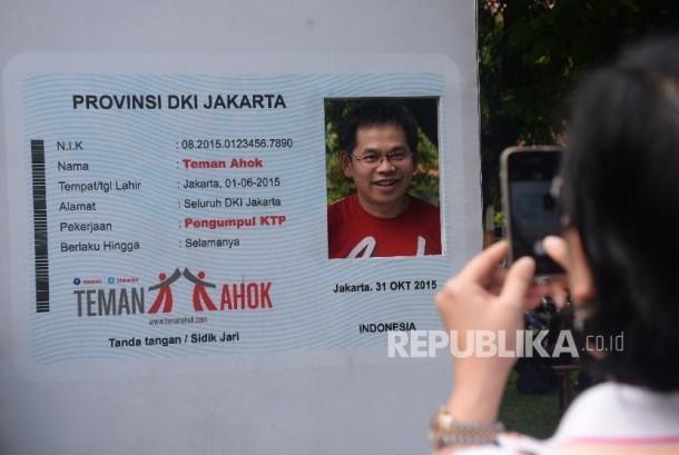 Relawan Teman Ahok berfoto di Sekretariat Teman Ahok, Jakarta, Ahad (19/6).