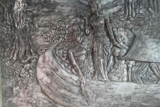 Relief didinding galeri sungai.