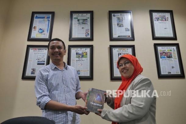 Rencana Muktamar: Redaktur Pelaksana Harian Republika Subroto menerima plakat dari Ketua PP Nasyiatul Asyiyah Rita Pranawati saat berkunjung di kantor Redaksi Republika, Jakarta, Jumat (29/7). Dalam kunjungan PPNA menjelaskan rencana muktamar Nasyiatul Asy
