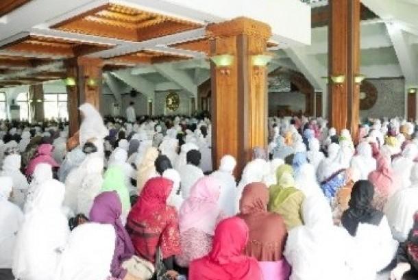 Ribuan calon jamaah haji (calhaj) sedang mengikuti bimbingan manasik haji massal (Ilustrasi)