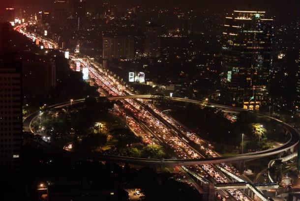 Ribuan kendaraan melewati ruas Tol Dalam Kota, di kawasan Jalan Gatot Subroto, Jakarta, Kamis (22/6).
