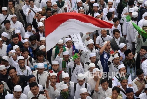 Ribuan massa Kelompok Bela Islam berunjuk rasa memprotes tindakan penistaan agama oleh Gubernur DKI Basuki Tjahaja Puranama di depan Balai Kota DKI, Jumat (14/10).