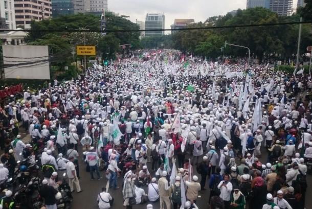 Ribuan massa unjuk rasa terkait pernyataan Gubernur DKI Jakarta, Basuki 'Ahok' Tjahaja Purnama soal surah Al Maidah ayat 51 bergerak dari Masjid Istiqlal ke Balai Kota DKI, Jumat (14/10).