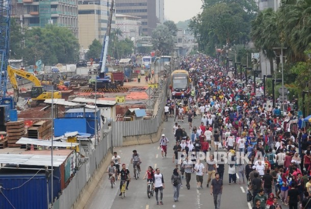 Ribuan warga jakarta memadati Jl Thamrin Jakarta, saat berlakunya waktu CFD, Ahad (14/5).