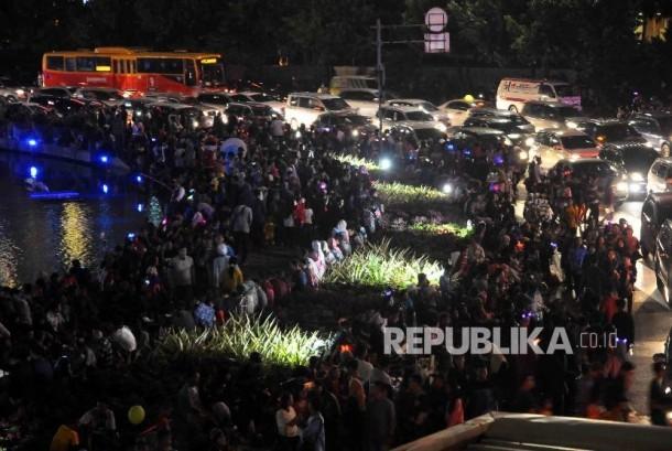Ribuan warga memadati kawasan Bundaran HI saat menyambut pergantian tahun baru 2017.