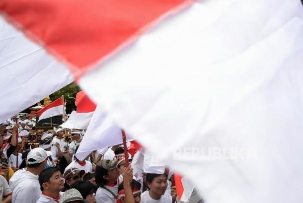 Sejumlah massa  turut memeriahkan Aksi Damai 'Kita Indonesia' di Kawasan Bundaran HI, Jakarta, Ahad (4/12).
