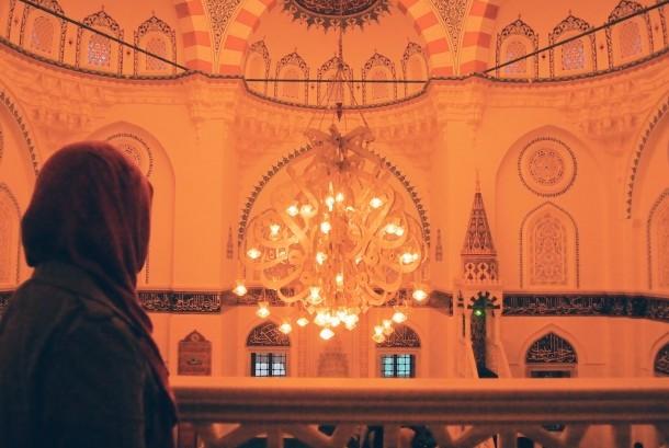 Risa Mizuni, Mualaf asal Jepang saat mengunjungi Masjid Tokyo Camii