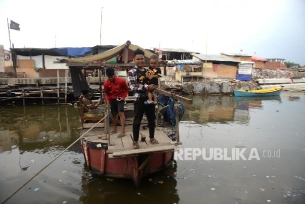 Rumah Semi Permanen Terus Bermunculan. Eretan digunakan warga Kampung Akuarium untuk berhubungan dengan Kampung Luar Batang pascapenggusuran, Jakarta, Kamis (15/9).
