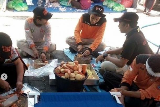 Rumah Zakat bantu siapkan makanan bagi warga terdampak vulkanik Gunung Agung.
