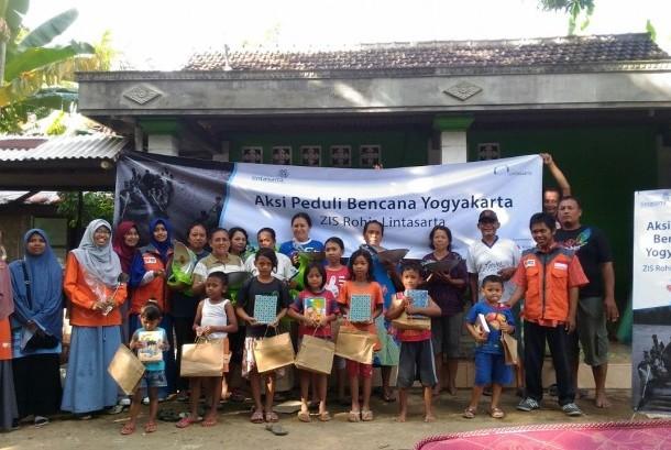 Rumah Zakat dan ZIS Rohis Lintasarta emmberikan bantuan untuk korban banjir Yogyakarta.
