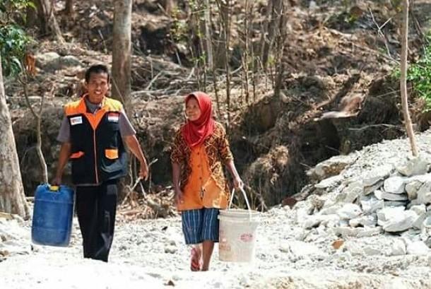 Rumah Zakat membantu menyalurkan air bersih di daerah terdampak kekeringan di Indonesia.
