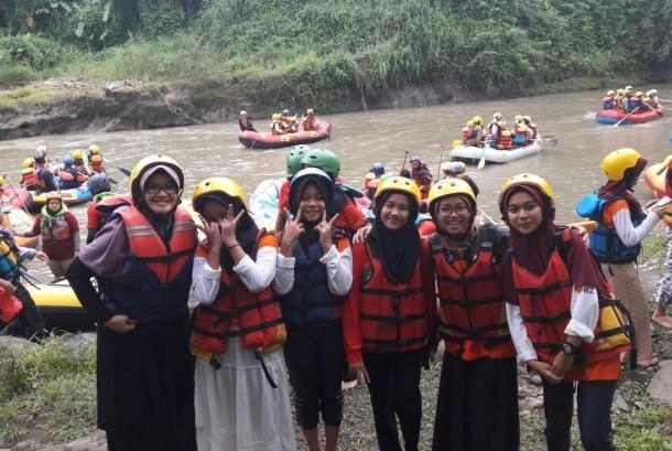 Rumah Zakat mengajak anak-anak yatim untuk rafting.