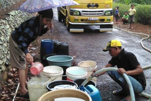 Rumah Zakat menyalurkan 15 ribu liter air bersih untuk warga desa Jaasari, Kabupaten Cilacap.