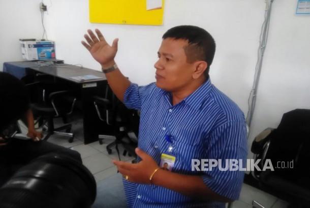 Sabar Nababan, Dosen Fakultas Teknik Universitas Mataram yang mendeklarasikan Agama Angkasa Nauli (AAN) menjelaskan konsep agama yang diusungnya di Kampus Unram, Rabu (22/3).