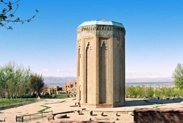 Salah satu bentuk arsitektur Seljuk, Momine Khatun Mausoleum di Nackhvian, Azerbaijan.