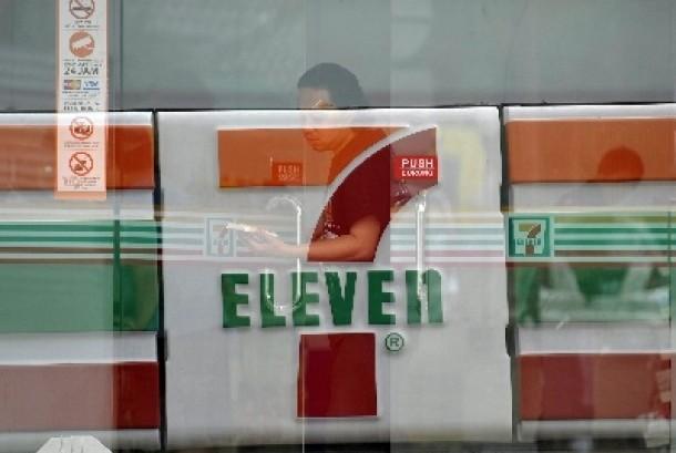 Salah satu gerai waralaba Seven Eleven di Jakarta.