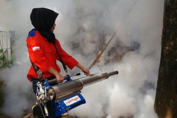 Salah satu petugas Rescue Perindo melakukan fogging atau pengasapan di Tangerang Selatan, Ahad (20/8).