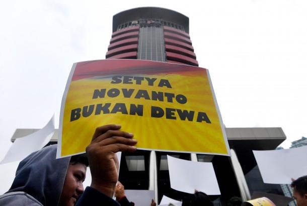 Salah seorang anggota Generasi Muda Golkar melakukan unjuk rasa di depan gedung KPK, Jakarta, Senin (13/11).