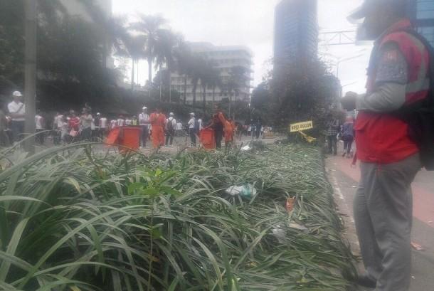 Sampah berserakan di sejumlah titik saat aksi parade kebudayaan digelar di Jakarta pada Ahad (4/12).