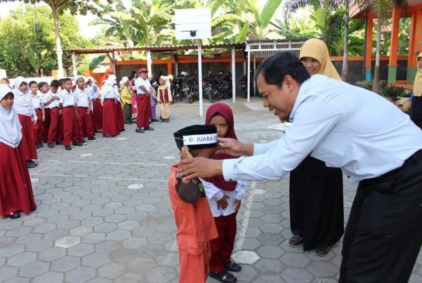 SD Juara Semarang menyambut kedatangan siswa baru.