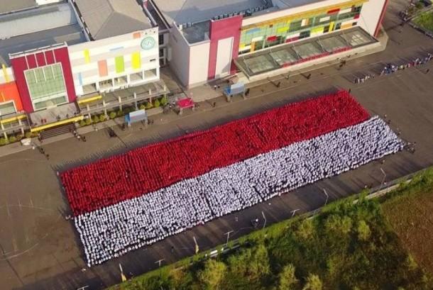 Sebanyak 10 ribu mahasiswa baru BSI berhasil membuat gambar konfigurasi bendera merah putih.