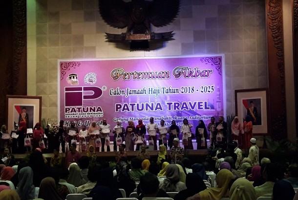 Sebanyak 50 calon jamaah haji 2018-2025 Patuna Travel mendapatkan undian berhadiah umrah (foto atas), Sekretaris Ditjen PHU Muhajirin Yanis bersama Direktur Utama Patuna Travel Syam Resfiadi (foto bawah).