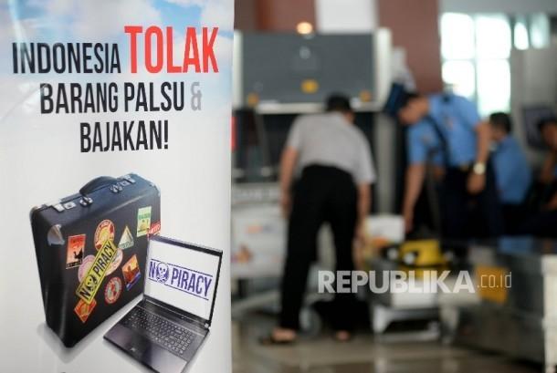 Sebuah benner informasi mengenai barang palsu dan bajakan terpasang saat dilakukannya aksi simpatik pedui kekayaan intelektual di Bandara Soekarno-Hatta, Taggerang, Banten, Kamis (20/10).