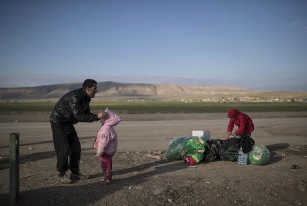Sebuah keluarga di Irak yang harus mengungsi akibat pertempuran pasukan keamanan Irak dan gerilyawan gerakan ISIS.