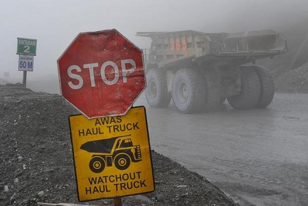 Sebuah truk pengangkut biji tambang beraktivitas di areal pertambangan Grasberg PT Freeport, Mimika, Papua.