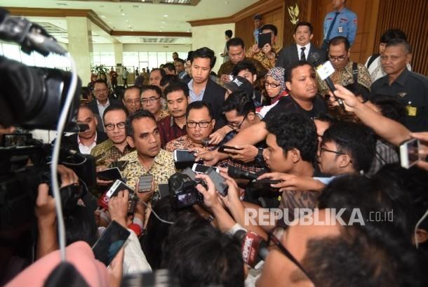 Sejumlah anggota DPR yang menolak hak angket KPK dan 'walkout' saat Rapat Paripurna DPR memberi keterangan pers di Kompleks Parlemen, Senayan, Jakarta, Jumat (28/4).