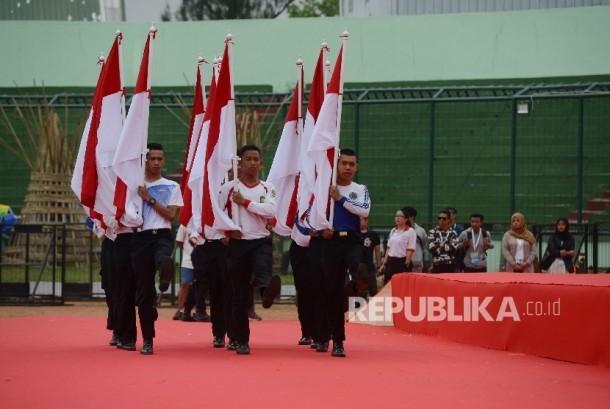 Sejumlah anggota paskibraka melakukan gladi resik Pekan Paralimpik Nasional (Peparnas) di Stadion Siliwangi, Bandung, Jawa Barat, Jumat (14/10).