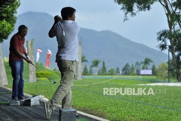 Sejumlah atlet Golf berlatih dalam rangka persiapan PON Jabar XIX 2016 di Bandung Giri Gahana Golf Jatinangor, Kabupaten Sumedang, Ahad (11/9)