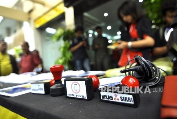 Sejumlah barang bukti saat rilis tindak pidana perdagangan orang dalam situ nikahsiri di Polda Metro Jaya, Jakarta, Ahad (24/9).