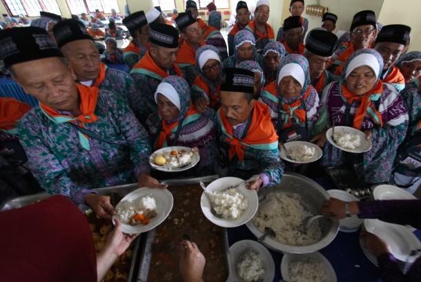 Sejumlah calon jamaah haji kloter empat mengantre mengambil makan siang saat tiba dari Kabupaten Mandailing Natal di Asrama Haji Embarkasi Medan, Sumatera Utara (Ilustrasi)