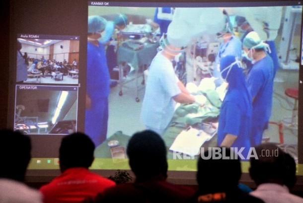 Sejumlah dokter, wartawan dan pengunjung menyaksikan secara langsung operasi Hybrid Gangguan Jantung Ventrical Septal Defect (VSD) di Aula Rumah Sakit Moehamad Hoesin Palembang (ilustrasi).