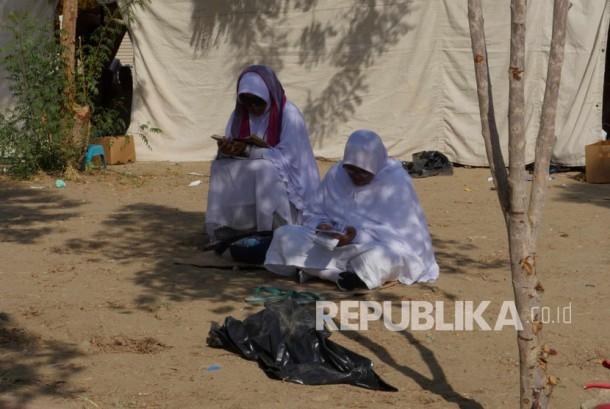 Sejumlah jamaah haji tengah memanjatkan doa dan dzikir saat wukuf di Arafah, Ahad (11/9). (Republika/ Amin Madani)
