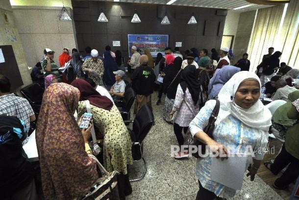 Sejumlah jamaah korban dugaan penipuan perjalan umrah First Travel mengisi formulis pengaduan di Kantor Bareskrim Polri Gambir, Jakarta Pusat, Selasa (22/8).