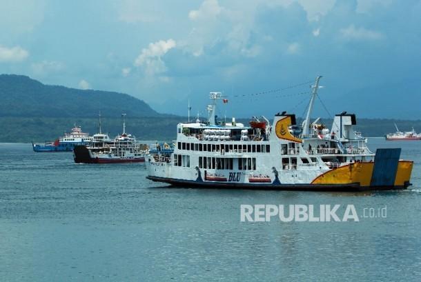 Sejumlah kapal Ferry berlayar di Selat Bali terlihat dari Pelabuhan Ketapang, Banyuwangi, Jawa Timur, Kamis (10/3).