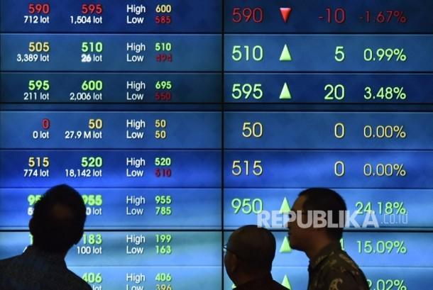 Sejumlah karyawan beraktivitas di depan layar pergerakan Indeks Harga Saham Gabungan (IHSG) Bursa Efek Indonesia, Jakarta. ilustrasi