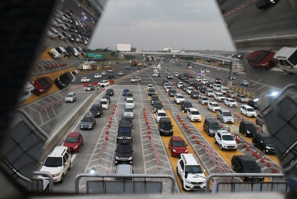 Sejumlah kendaraan melintas di ruas jalan Tol Jakarta-Cikampek arah Jakarta, pintu masuk Tol Cikarang Utama, Kabupaten Bekasi, Jawa Barat, Senin (2/1).