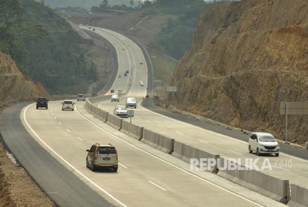Sejumlah kendaraan melintas di ruas tol fungsional Bawen- Salatiga, Ahad (2/7).