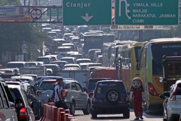 Sejumlah kendaraan memadati ruas jalur Puncak Bogor, Gadog, Kabupaten Bogor, Jawa Barat, Kamis (21/9).