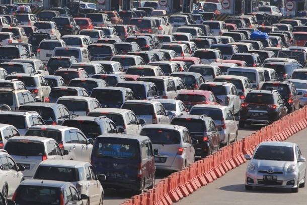Sejumlah kendaraan pemudik memadati pintu gerbang tol Cipali, Palimanan, Cirebon, Jawa Barat, Rabu (28/6). Memasuki H+3 Lebaran, arus balik di tol Cipali terpantau padat.