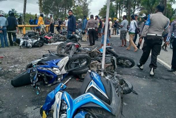 Sejumlah kendaraan roda dua milik karyawan PT Freeport Indonesia tergeletak pascadirusak karyawan korban PHK PT Freeport Indonesia yang berunjuk rasa di Cek Point Mile 28, Timika, Papua, Sabtu (19/8).